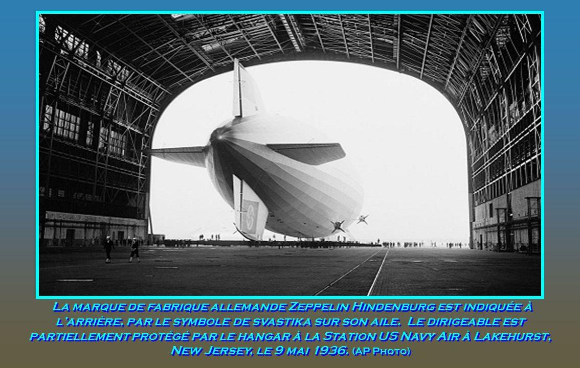 La marque de fabrique allemande Zeppelin Hindenburg est indiquée à l'arrière, par le symbole de svastika sur son aile.