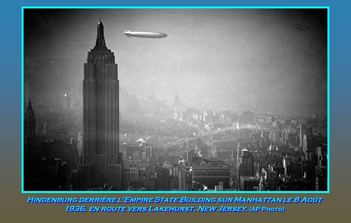 Hindenburg derrière l Empire State Building sur Manhattan le 8 Août 1936, en route vers Lakehurst, New Jersey.