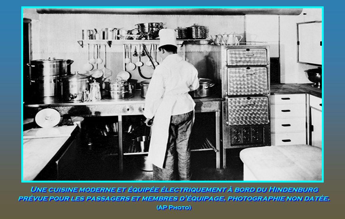 Une cuisine moderne et équipée électriquement à bord du Hindenburg prévue pour les passagers et membres d équipage, photographie non datée.