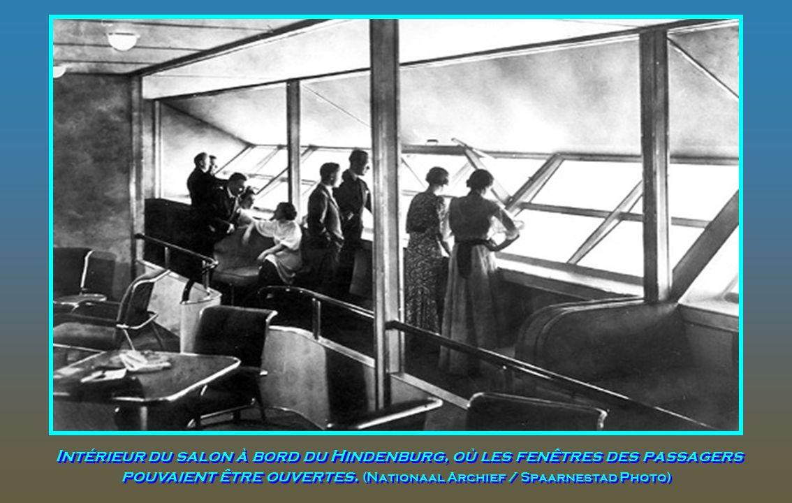Intérieur du salon à bord du Hindenburg, où les fenêtres des passagers pouvaient être ouvertes.