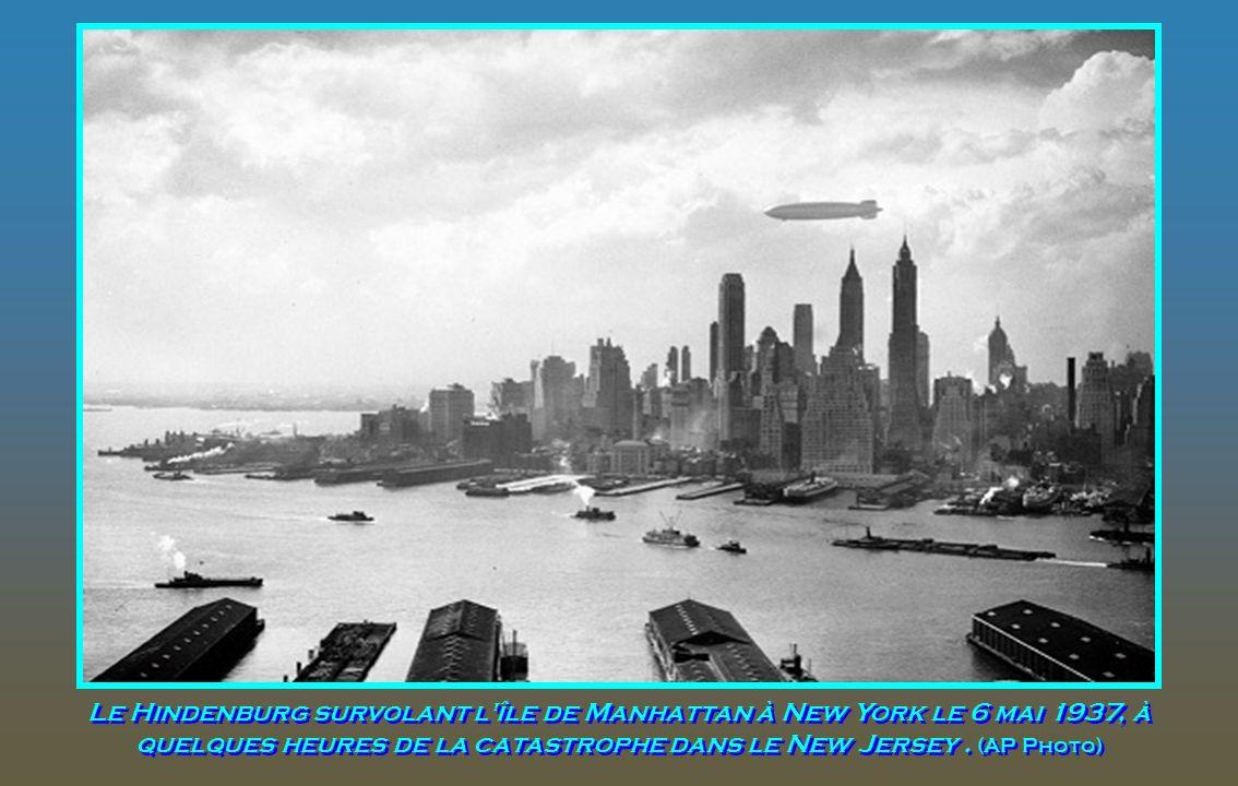 Le Hindenburg survolant l île de Manhattan à New York le 6 mai 1937, à quelques heures de la catastrophe dans le New Jersey .