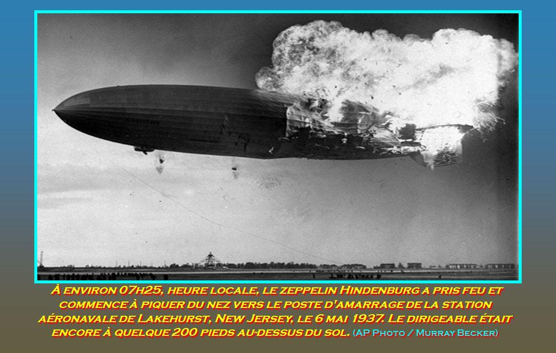 À environ 07h25, heure locale, le zeppelin Hindenburg a pris feu et commence à piquer du nez vers le poste d amarrage de la station aéronavale de Lakehurst, New Jersey, le 6 mai 1937.