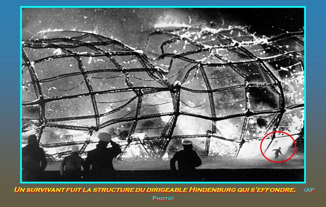 Un survivant fuit la structure du dirigeable Hindenburg qui s'effondre