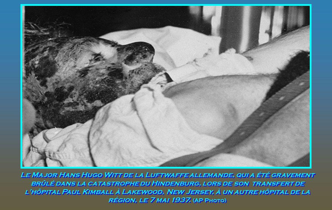 Le Major Hans Hugo Witt de la Luftwaffe allemande, qui a été gravement brûlé dans la catastrophe du Hindenburg, lors de son transfert de l hôpital Paul Kimball à Lakewood, New Jersey, à un autre hôpital de la région, le 7 mai 1937.