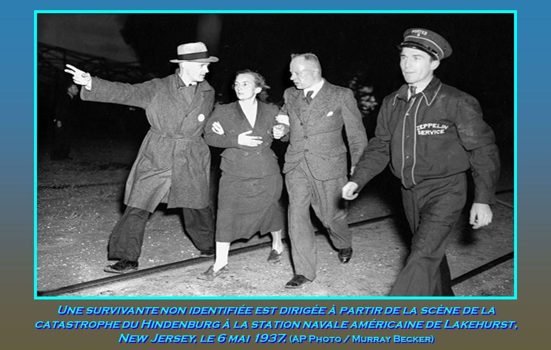 Une survivante non identifiée est dirigée à partir de la scène de la catastrophe du Hindenburg à la station navale américaine de Lakehurst, New Jersey, le 6 mai 1937.