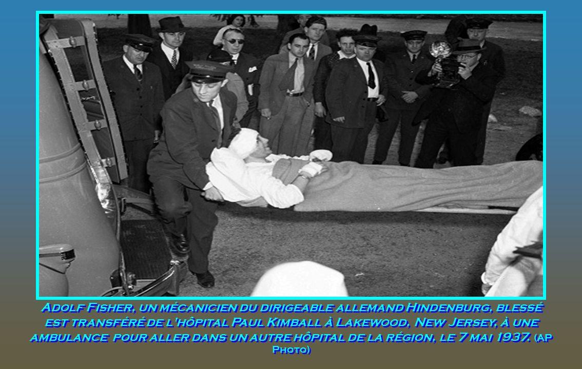 Adolf Fisher, un mécanicien du dirigeable allemand Hindenburg, blessé est transféré de l hôpital Paul Kimball à Lakewood, New Jersey, à une ambulance pour aller dans un autre hôpital de la région, le 7 mai 1937.