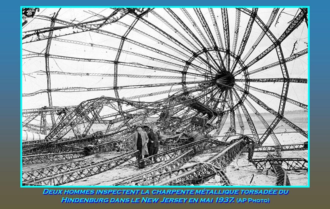 Deux hommes inspectent la charpente métallique torsadée du Hindenburg dans le New Jersey en mai 1937.