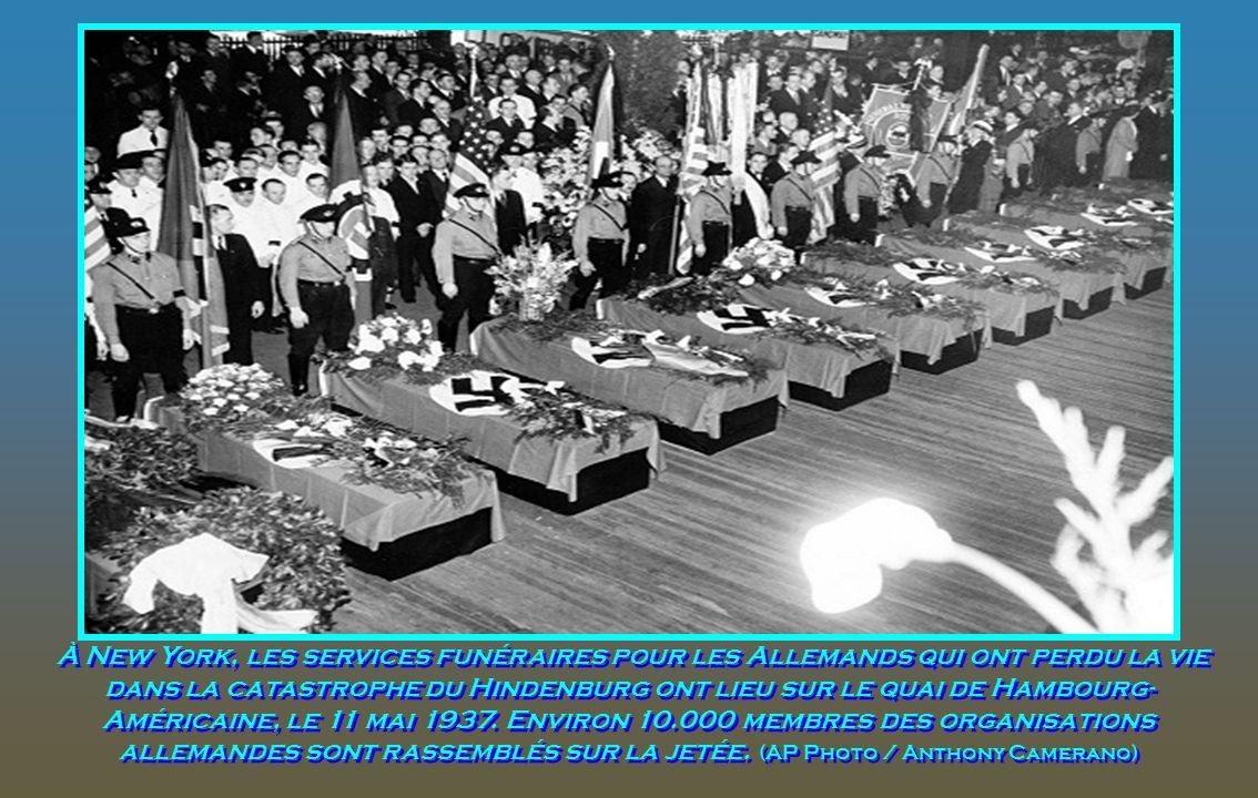 À New York, les services funéraires pour les Allemands qui ont perdu la vie dans la catastrophe du Hindenburg ont lieu sur le quai de Hambourg-Américaine, le 11 mai 1937.