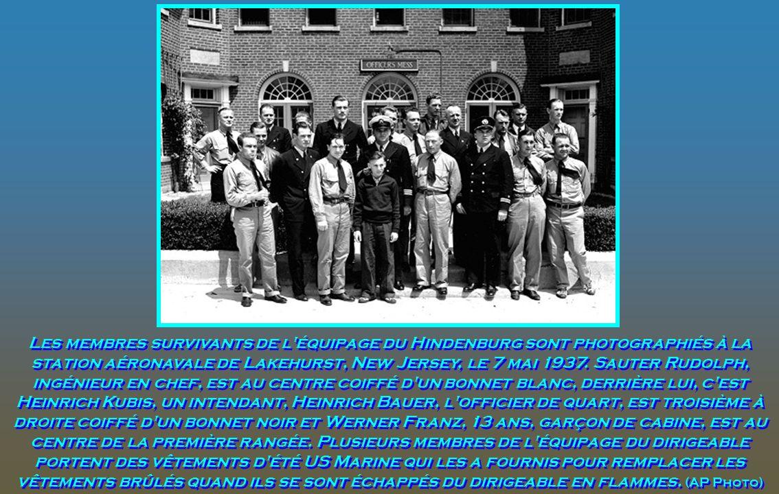 Les membres survivants de l équipage du Hindenburg sont photographiés à la station aéronavale de Lakehurst, New Jersey, le 7 mai 1937.