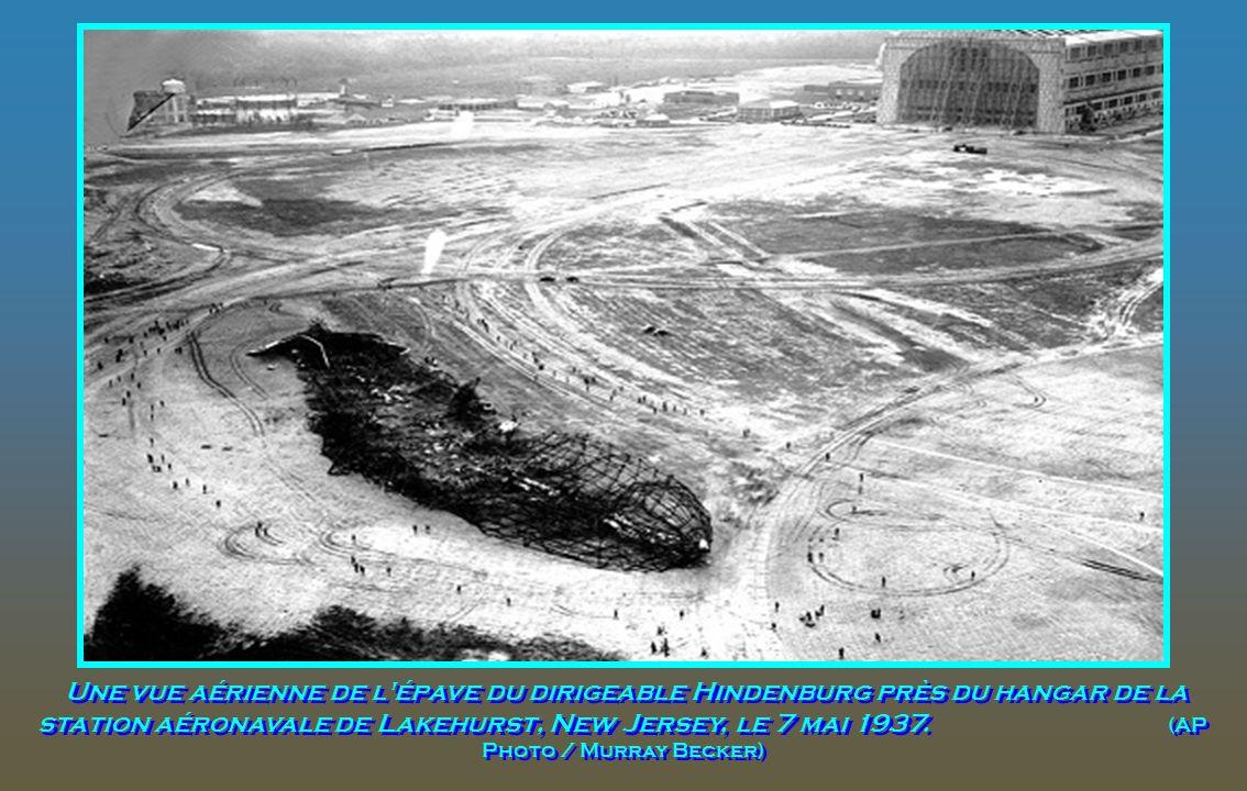 Une vue aérienne de l épave du dirigeable Hindenburg près du hangar de la station aéronavale de Lakehurst, New Jersey, le 7 mai 1937.