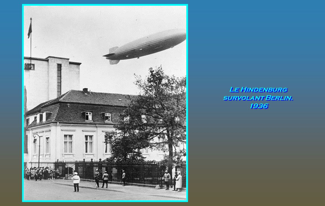 Le Hindenburg survolant Berlin. 1936