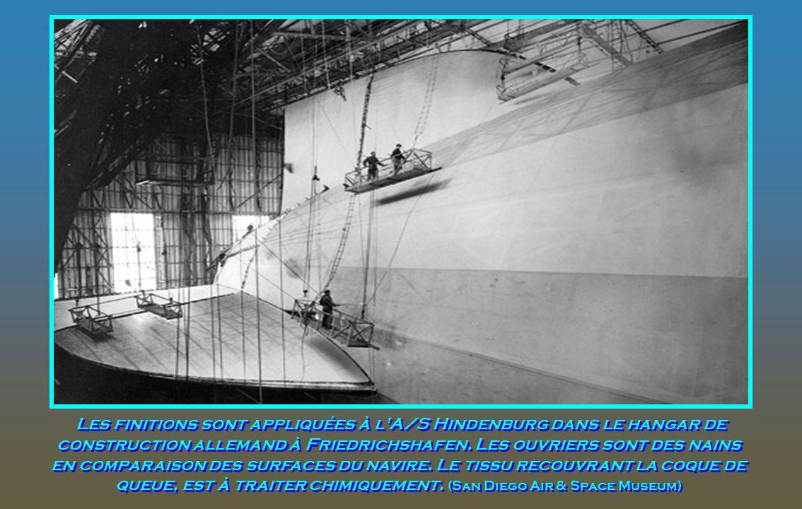 Les finitions sont appliquées à l A/S Hindenburg dans le hangar de construction allemand à Friedrichshafen.