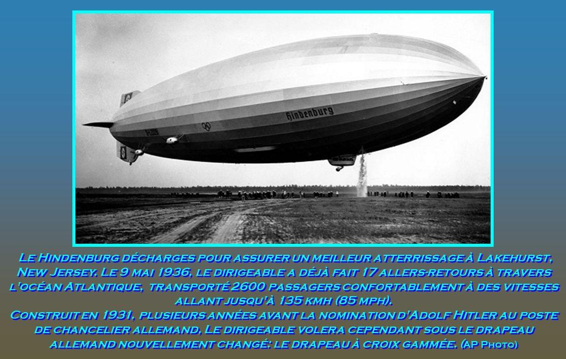 Le Hindenburg décharges pour assurer un meilleur atterrissage à Lakehurst, New Jersey.