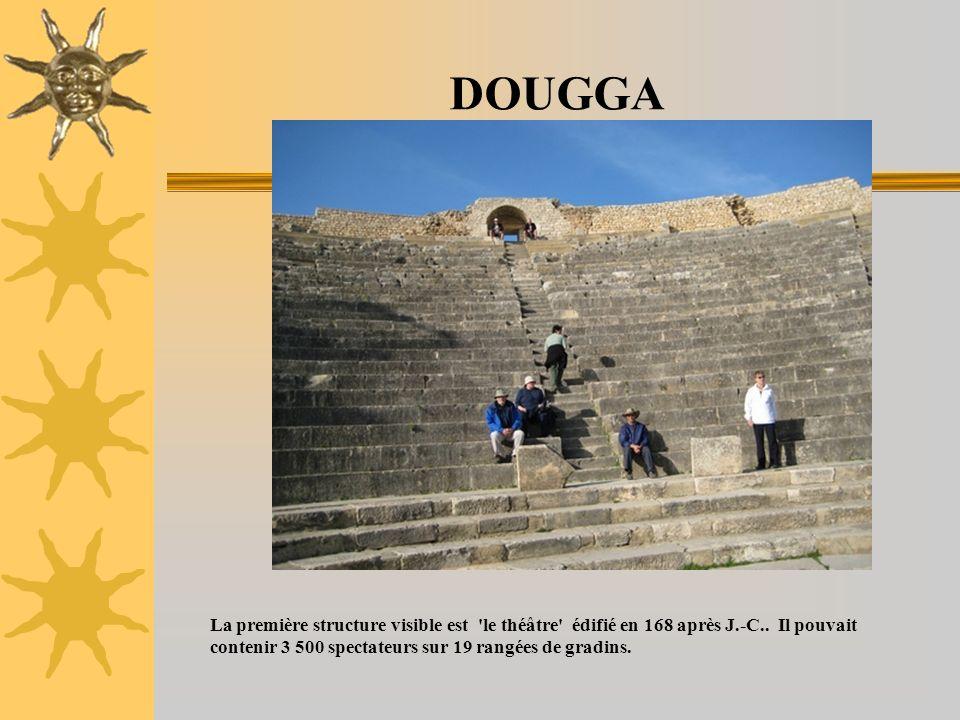 DOUGGA La première structure visible est le théâtre édifié en 168 après J.-C.. Il pouvait contenir 3 500 spectateurs sur 19 rangées de gradins.
