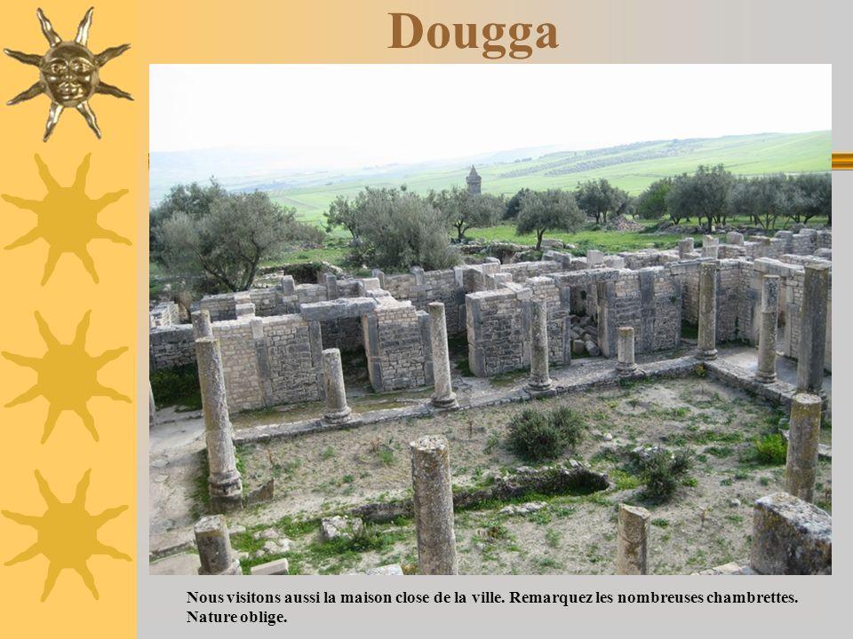 DouggaNous visitons aussi la maison close de la ville. Remarquez les nombreuses chambrettes.