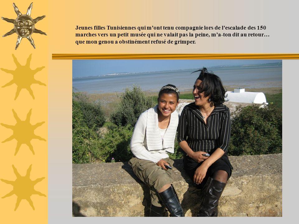 Jeunes filles Tunisiennes qui m'ont tenu compagnie lors de l'escalade des 150 marches vers un petit musée qui ne valait pas la peine, m'a-ton dit au retour… que mon genou a obstinément refusé de grimper.