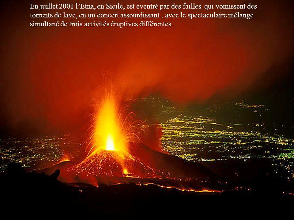 En juillet 2001 l'Etna, en Sicile, est éventré par des failles qui vomissent des torrents de lave, en un concert assourdissant , avec le spectaculaire mélange simultané de trois activités éruptives différentes.