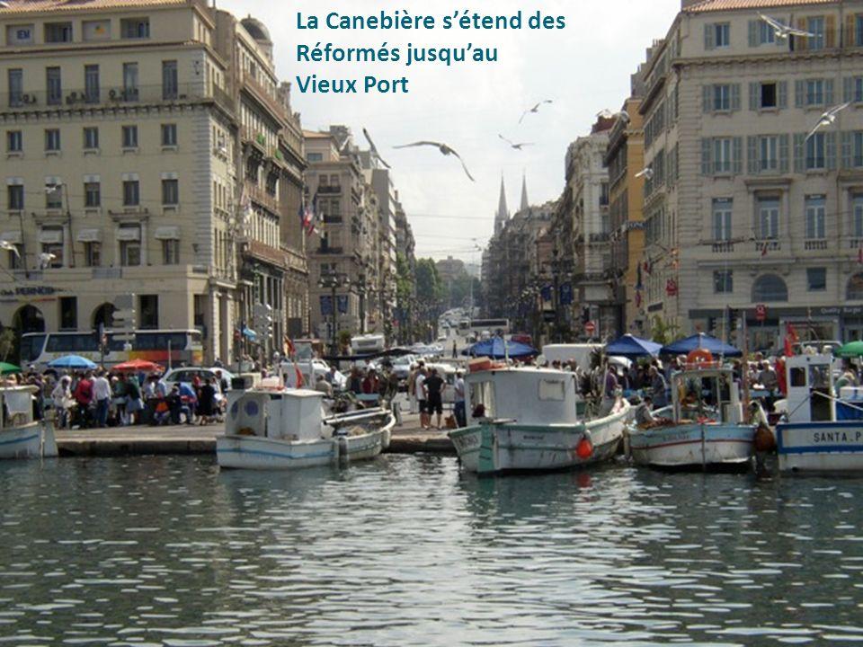 La Canebière s'étend des Réformés jusqu'au Vieux Port