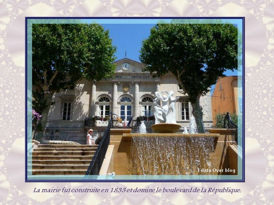 La mairie fut construite en 1833 et domine le boulevard de la République.