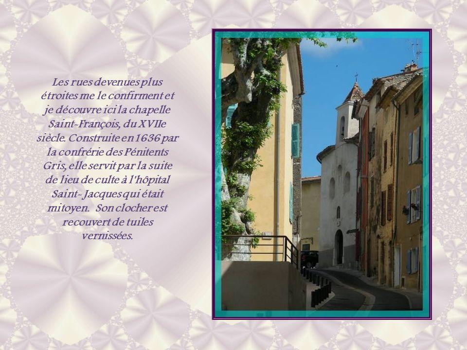 Les rues devenues plus étroites me le confirment et je découvre ici la chapelle Saint-François, du XVIIe siècle.