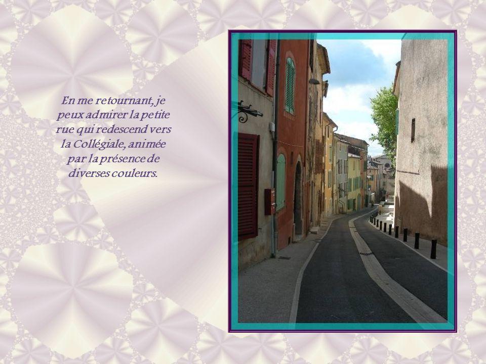 En me retournant, je peux admirer la petite rue qui redescend vers la Collégiale, animée par la présence de diverses couleurs.