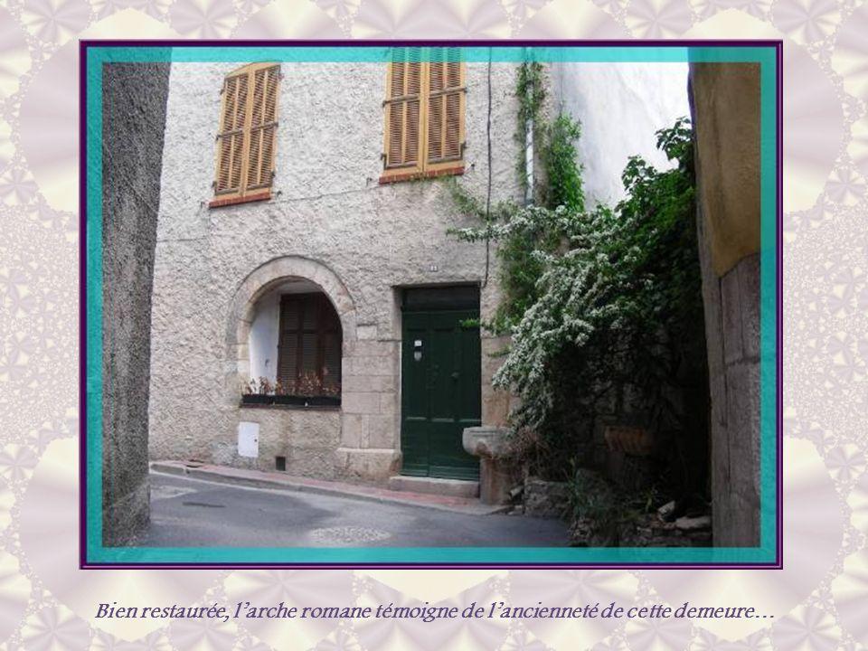 Bien restaurée, l'arche romane témoigne de l'ancienneté de cette demeure…