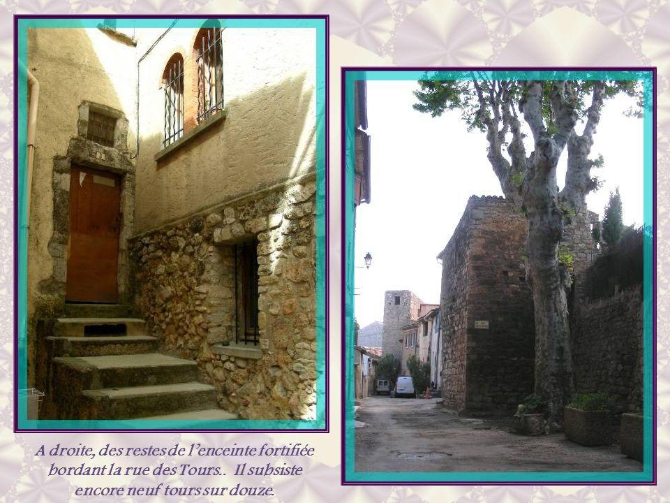 A droite, des restes de l'enceinte fortifiée bordant la rue des Tours