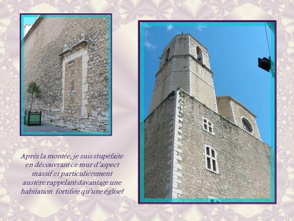 Après la montée, je suis stupéfaite en découvrant ce mur d'aspect massif et particulièrement austère rappelant davantage une habitation fortifiée qu'une église!
