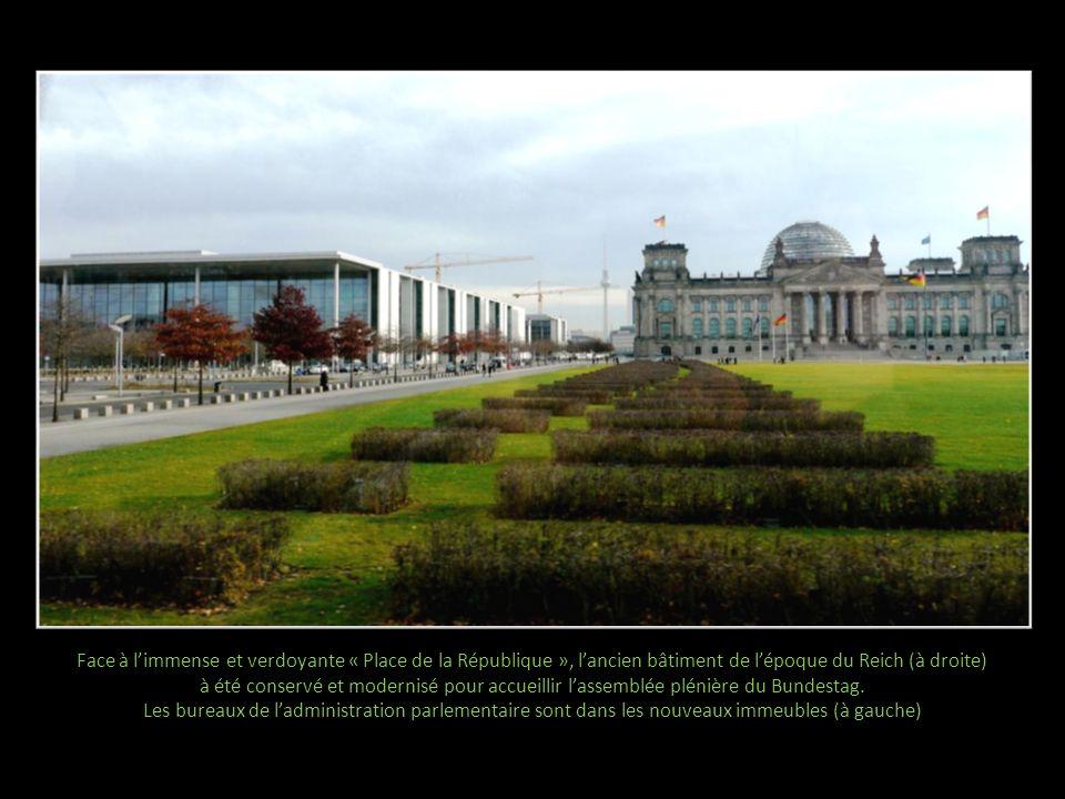 Face à l'immense et verdoyante « Place de la République », l'ancien bâtiment de l'époque du Reich (à droite) à été conservé et modernisé pour accueillir l'assemblée plénière du Bundestag.