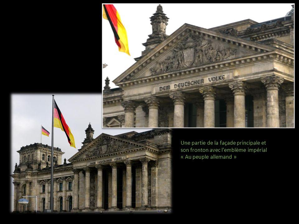 Une partie de la façade principale et son fronton avec l'emblème impérial « Au peuple allemand »