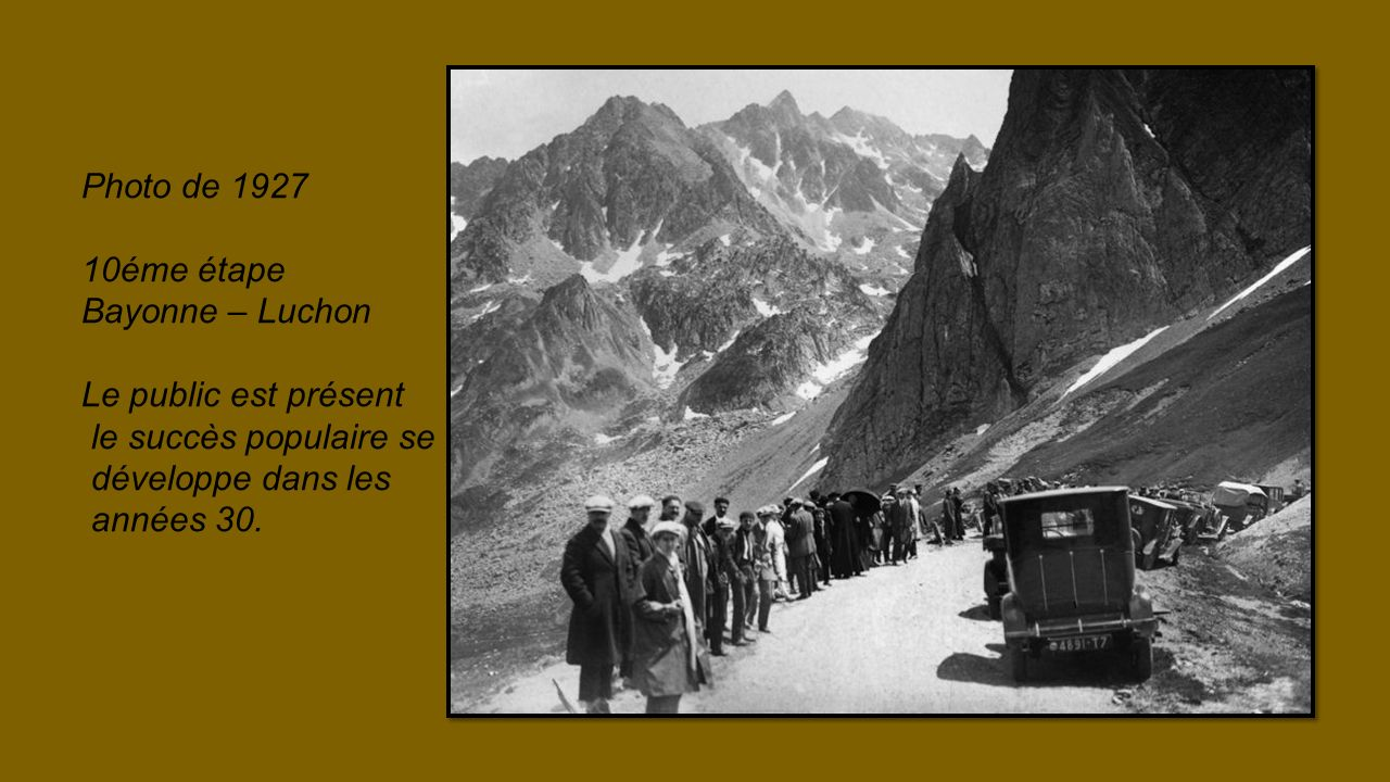 Photo de 1927 10éme étape. Bayonne – Luchon. Le public est présent. le succès populaire se. développe dans les.