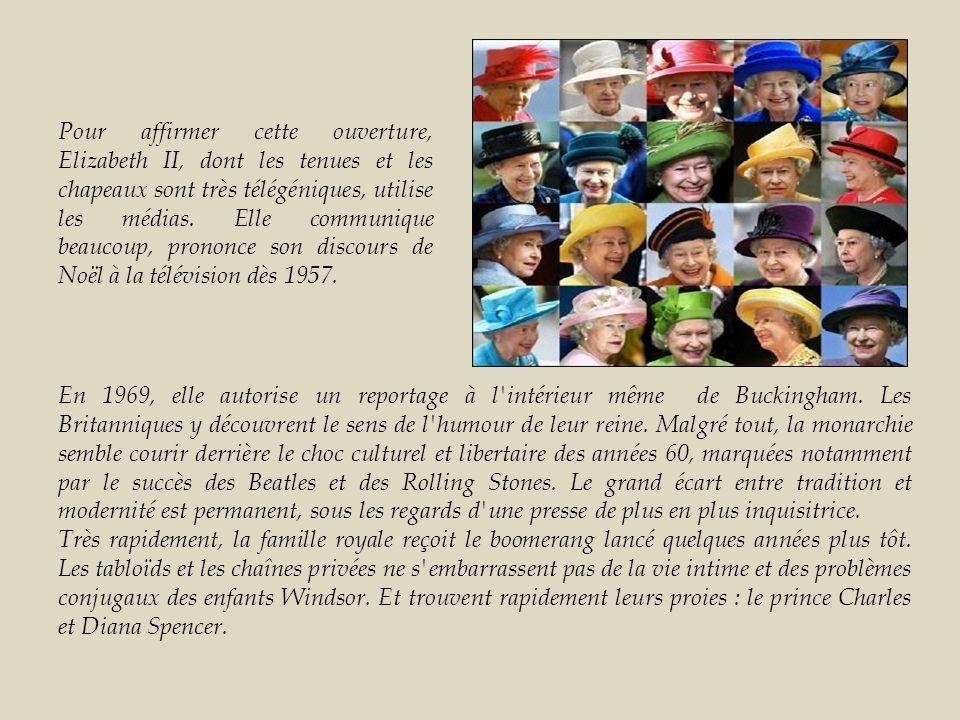 Pour affirmer cette ouverture, Elizabeth II, dont les tenues et les chapeaux sont très télégéniques, utilise les médias. Elle communique beaucoup, prononce son discours de Noël à la télévision dès 1957.