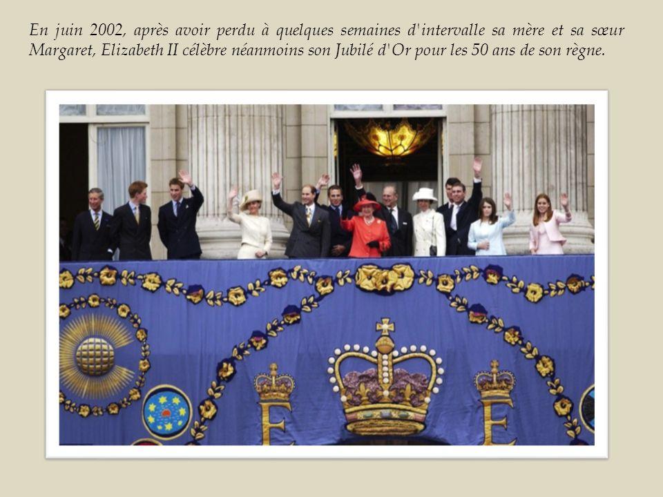 En juin 2002, après avoir perdu à quelques semaines d intervalle sa mère et sa sœur Margaret, Elizabeth II célèbre néanmoins son Jubilé d Or pour les 50 ans de son règne.