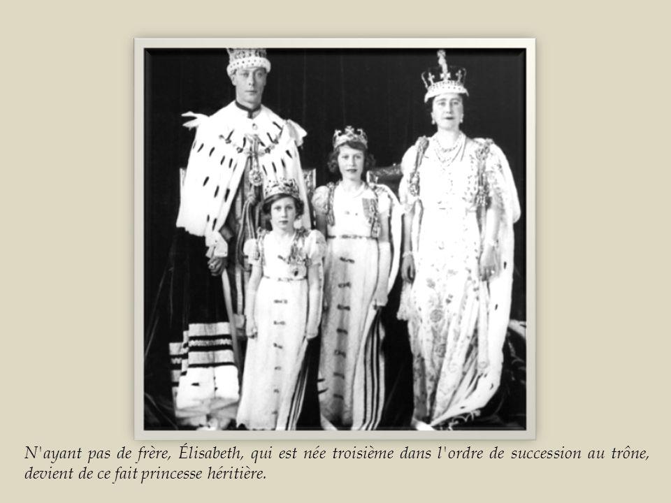 N ayant pas de frère, Élisabeth, qui est née troisième dans l ordre de succession au trône, devient de ce fait princesse héritière.