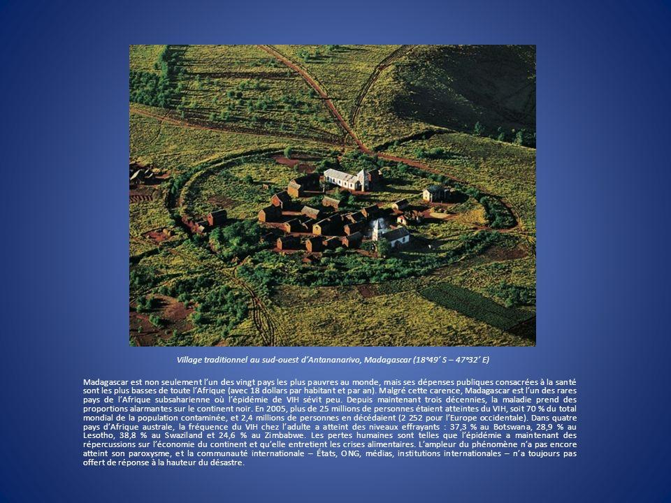 Village traditionnel au sud-ouest d'Antananarivo, Madagascar (18°49' S – 47°32' E)