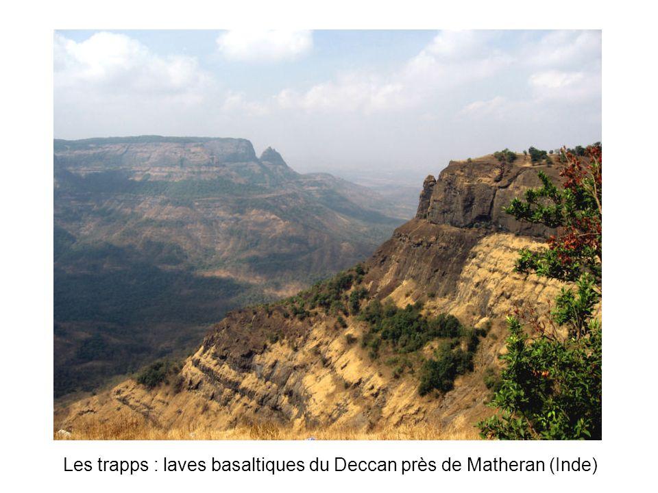 Les trapps : laves basaltiques du Deccan près de Matheran (Inde)