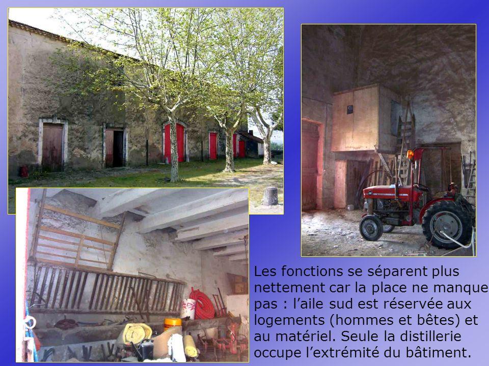Les fonctions se séparent plus nettement car la place ne manque pas : l'aile sud est réservée aux logements (hommes et bêtes) et au matériel.