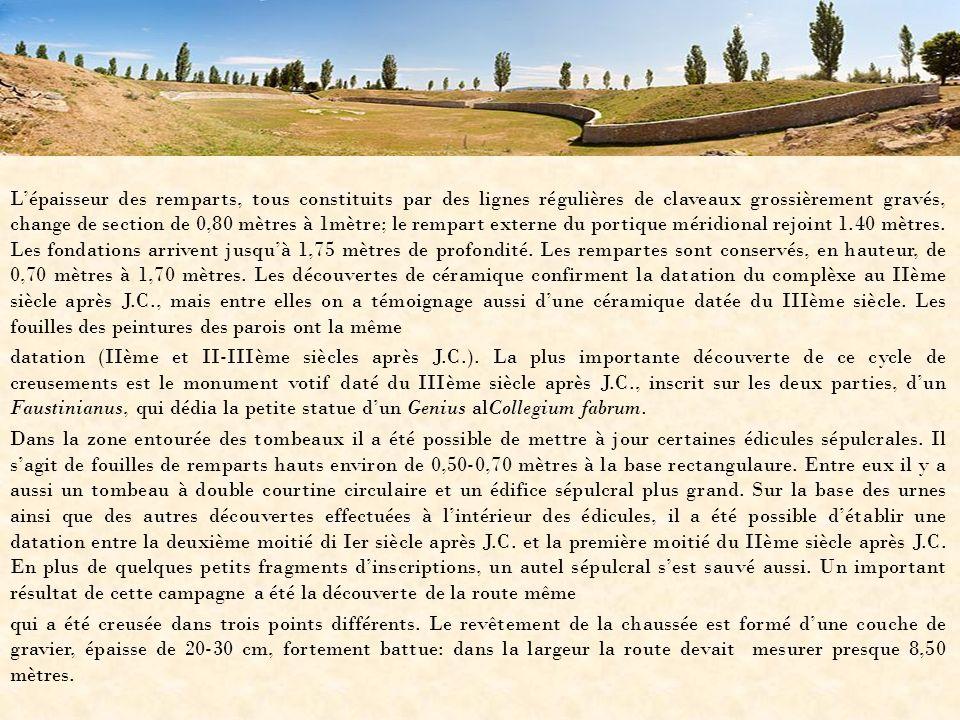 L'épaisseur des remparts, tous constituits par des lignes régulières de claveaux grossièrement gravés, change de section de 0,80 mètres à 1mètre; le rempart externe du portique méridional rejoint 1.40 mètres.