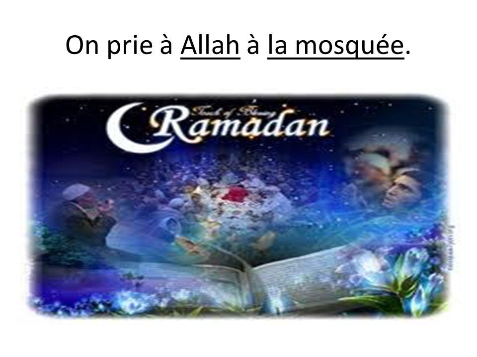 On prie à Allah à la mosquée.