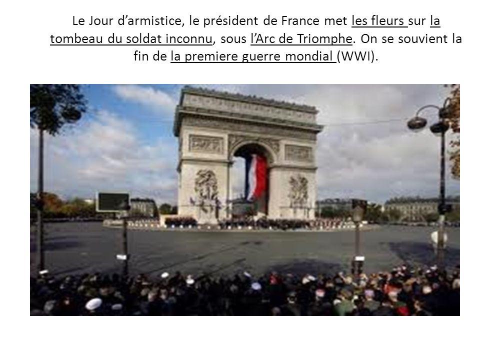 Le Jour d'armistice, le président de France met les fleurs sur la tombeau du soldat inconnu, sous l'Arc de Triomphe.
