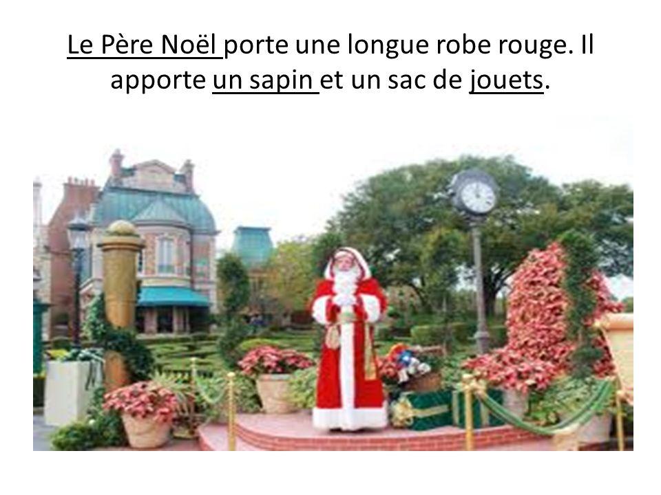 Le Père Noël porte une longue robe rouge