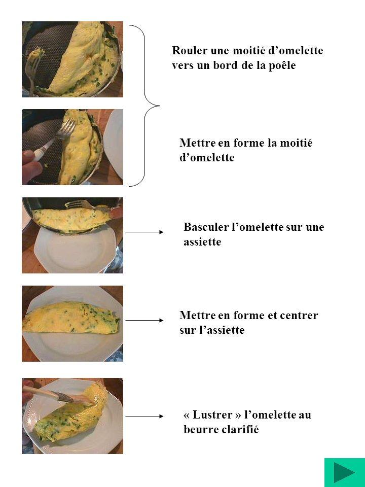 Rouler une moitié d'omelette vers un bord de la poêle