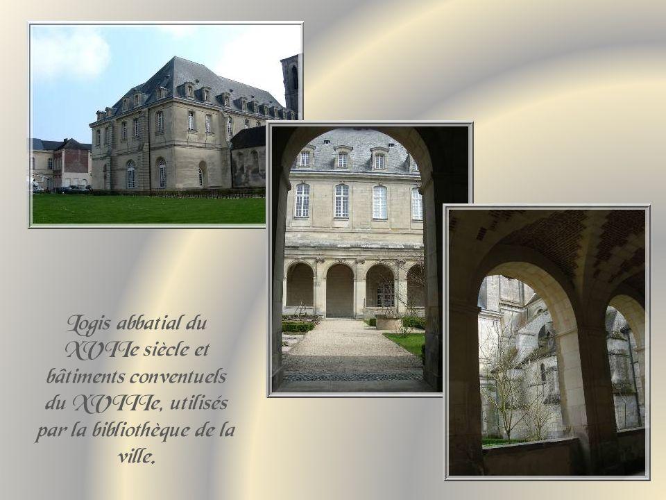 Logis abbatial du XVIIe siècle et bâtiments conventuels du XVIIIe, utilisés par la bibliothèque de la ville.