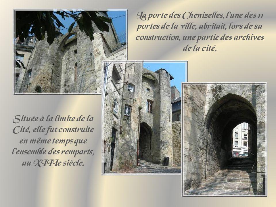 La porte des Chenizelles, l'une des 11 portes de la ville, abritait, lors de sa construction, une partie des archives de la cité.