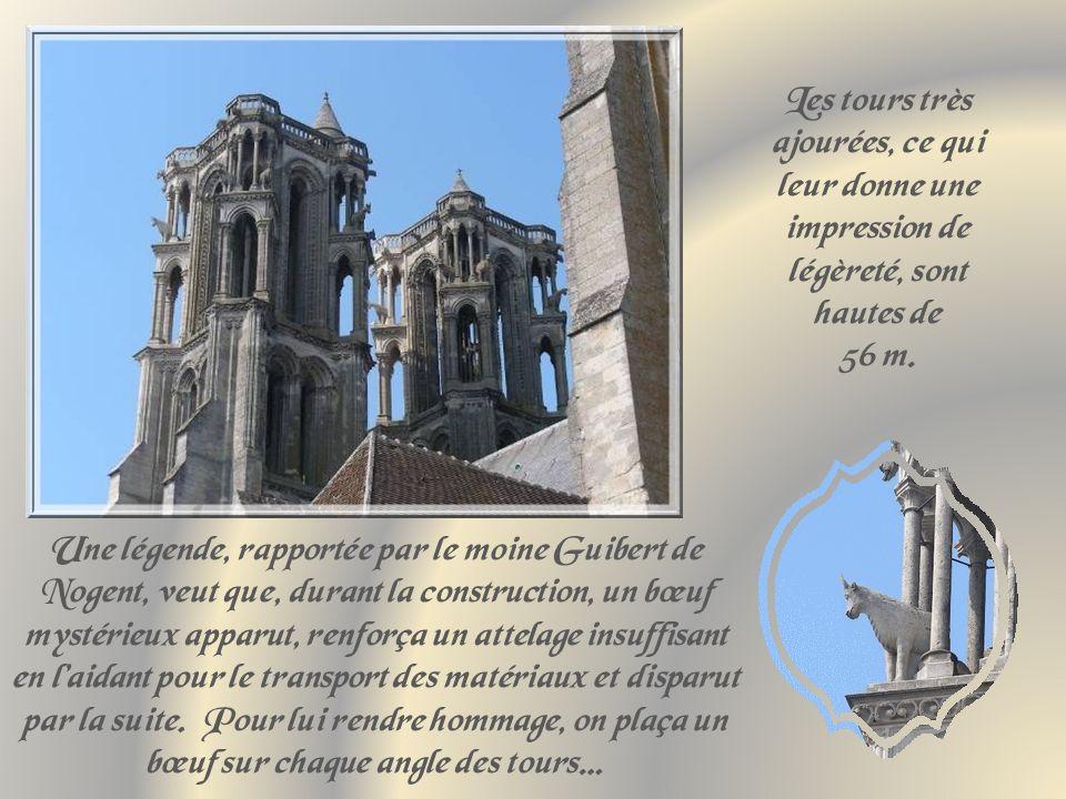 Les tours très ajourées, ce qui leur donne une impression de légèreté, sont hautes de