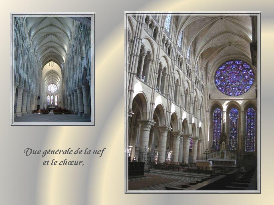 Vue générale de la nef et le chœur.