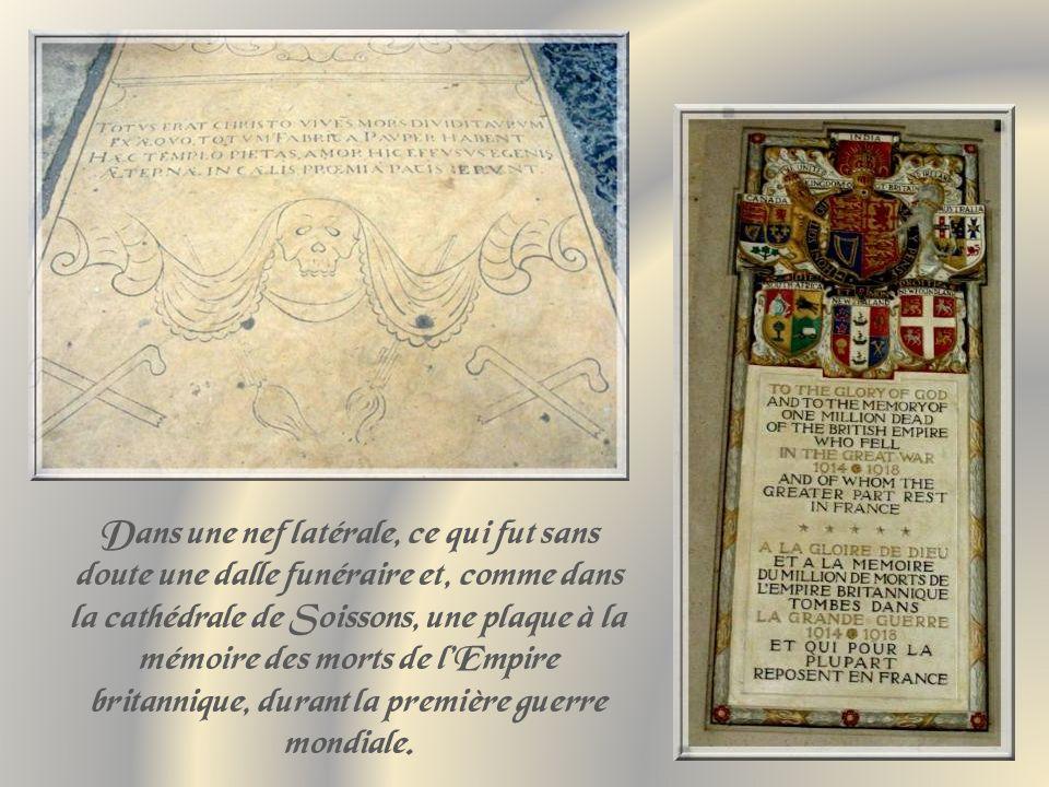 Dans une nef latérale, ce qui fut sans doute une dalle funéraire et, comme dans la cathédrale de Soissons, une plaque à la mémoire des morts de l'Empire britannique, durant la première guerre mondiale.