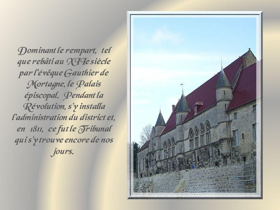 Dominant le rempart, tel que rebâti au XIIe siècle par l'évêque Gauthier de Mortagne, le Palais épiscopal.