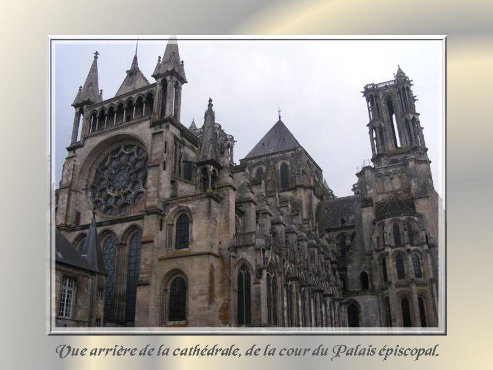 Vue arrière de la cathédrale, de la cour du Palais épiscopal.