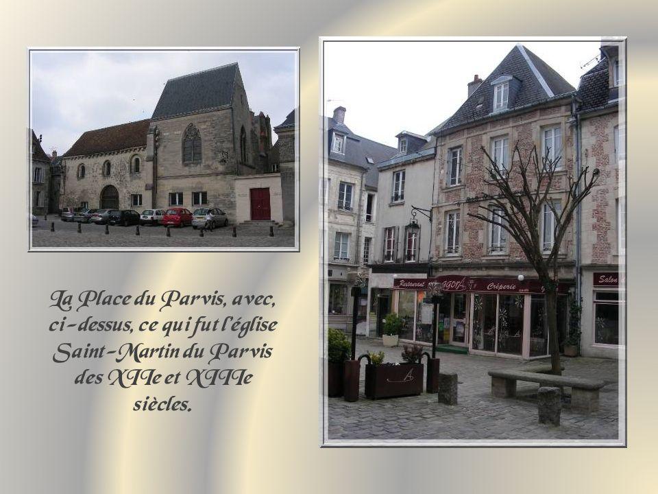 La Place du Parvis, avec, ci-dessus, ce qui fut l'église Saint-Martin du Parvis des XIIe et XIIIe